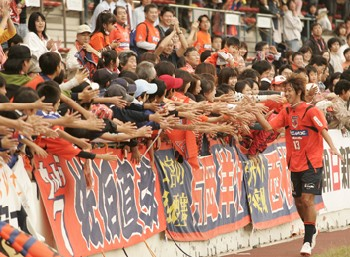 22 Oct 07 - Wakabayashi receives the congratulations of the Squirrel Nation