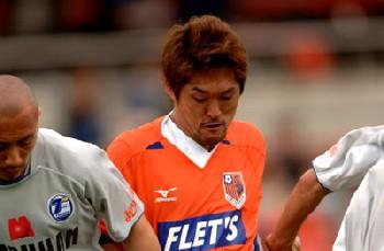 23 Apr 06 - Hiroshi Morita takes on the Oita defence