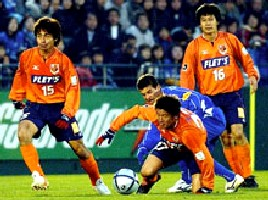 23 Nov 05 - Sub Satoshi Yokoyama battles for possession with Fernandinho