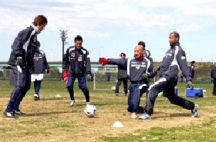 24 Mar 06 - Tsuchiya and Toninho put their left legs in