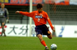 29 Nov 05 - Kazuyoshi Mikami clears against his old club