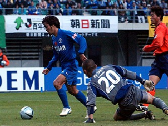 29 Nov 05 - Teppei Nishiyama rounds Hiroki Aratani to score the winner