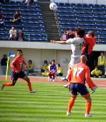 27 Mar 06 - Toninho does battle with Cho