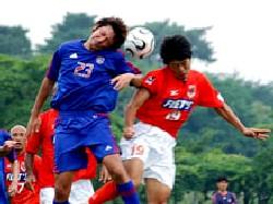 30 Jun 06 - Yosuke Kataoka gets in a challenge against FC Tokyo
