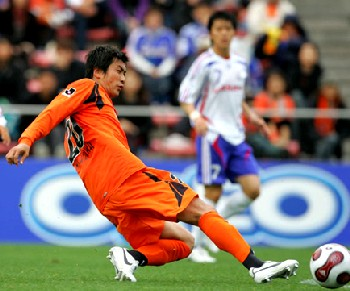 30 Mar 07 - In action against Yokohama F Marinos, it's Akinori Nishizawa