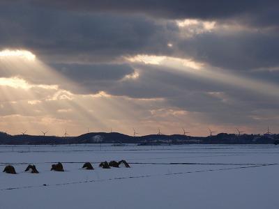 風力水車と夕空