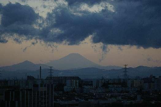 曇天の彼方の富士