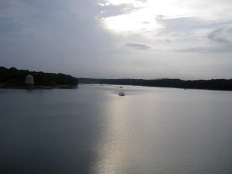 曇天の下の多摩湖