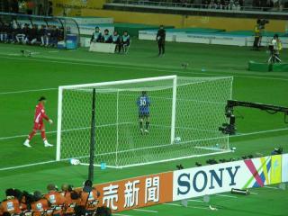 山崎選手(30番)がゴールを決めた一方で、パチューカGKカレロ選手は何を思うか