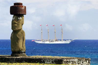 Moai_and_Esmeralda.jpg