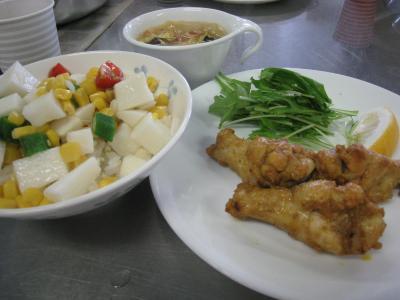 らっきょのまかないサラダ丼・タンドリーチキン・ベーコンと白菜のウコン入り中華スープ