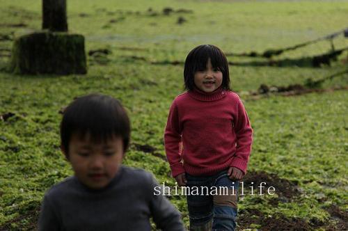 アオサの上で遊ぶ子供IMG_11320