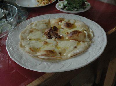 モッツァレラチーズとアンチョビのピザ