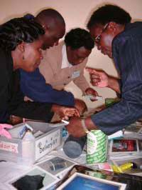 分娩に必須な物品の確認(医療スタッフによる演習;かなり真剣!!)