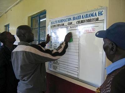 供与されたHISボードを早速HCの待合所に掛け、情報記載を始めるHC管理責任者(ケリチョー:Kabianga HC)