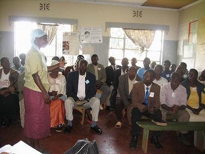 Safe Motherhoodグループの代表女性が、SAMOKIKEの研修で学んだことを共有。キシイKiogoro HCにて。