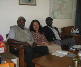 プロジェクト運転手のPeterさん(左)、Edwardさん(右)と千葉さん(中央)。ケニア出発前日のナイロビで