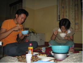 ある日のKisiiチームハウスの夕食(左:淺野くん、右:藤井さん)。この日はうどんでした。