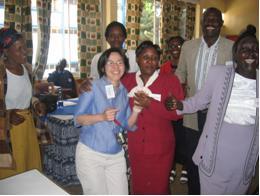 Kisiiでの研修第3日目。コミュニティ参加者研修修了式で皆と一緒に踊る虎頭さん(中央ブルーのシャツ)