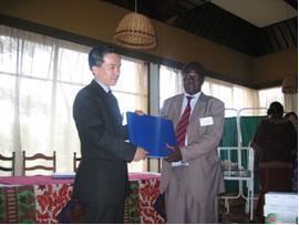 Kerichoで行なわれた研修第2日目(2月末)。機材供与式で、台帳をRift Valley州保健局長に贈呈する松永さん(左)
