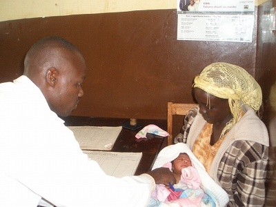 イベノ ヘルスセンターで検診を受ける赤ちゃん