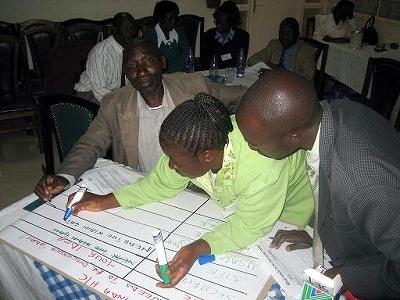 コミュニティ通信機器設置計画を立てるIrandaヘルスセンターからの参加者