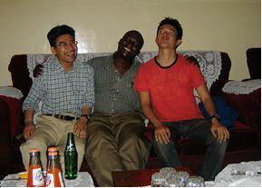 Kisiiチームハウスの大家さんと一緒に(左から:島本さん、大家のSamuelさん、淺野くん)
