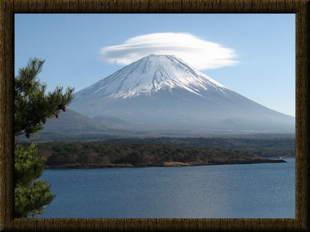 笠を被った富士山。