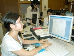 沖縄文字導入ソフトを使ってウチナーグチを学ぶ学生