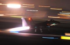 未明離陸を強行するF15戦闘機
