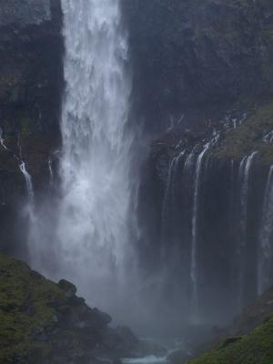 しぶきがすごい、華厳の滝