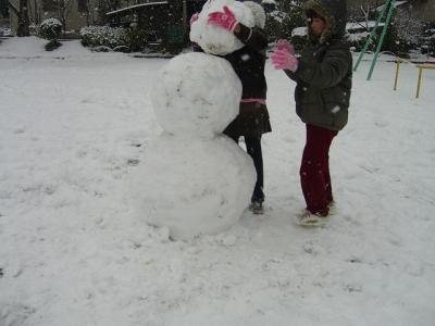 雪だるま作ってるよ!