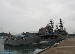 舞鶴地方隊の護衛艦二隻 艦尾から 02.02