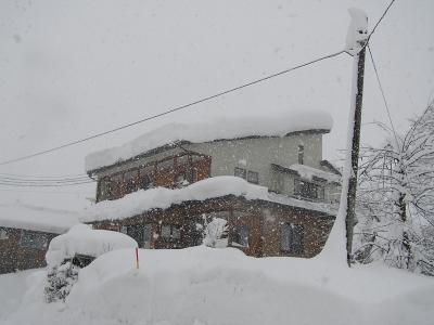 雪に埋もれる我が家