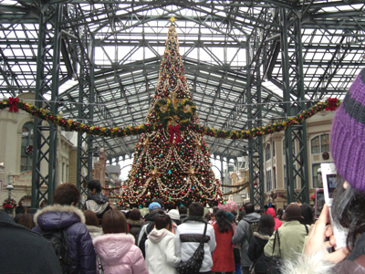 入り口入ると恒例のクリスマスツリー