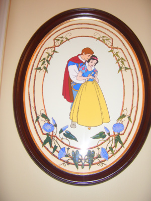 ベット脇の絵には白雪姫と王子様