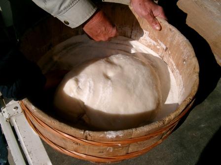 次はお飾り用の餅です。できるとすぐににとり粉をまぶします。