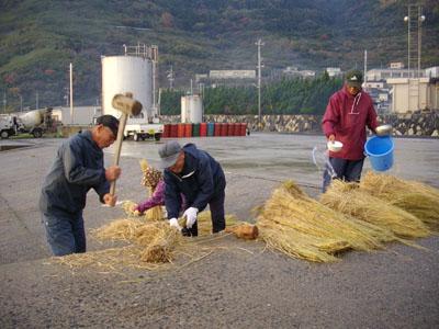 稲藁をうつ
