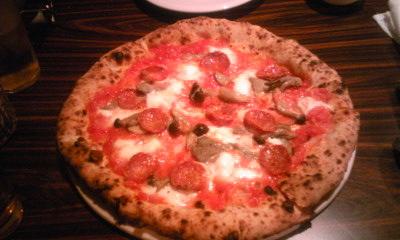 ポルタサラミとチーズのピッツァ
