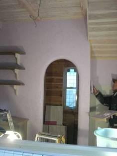 ライラック色のキッチンの壁