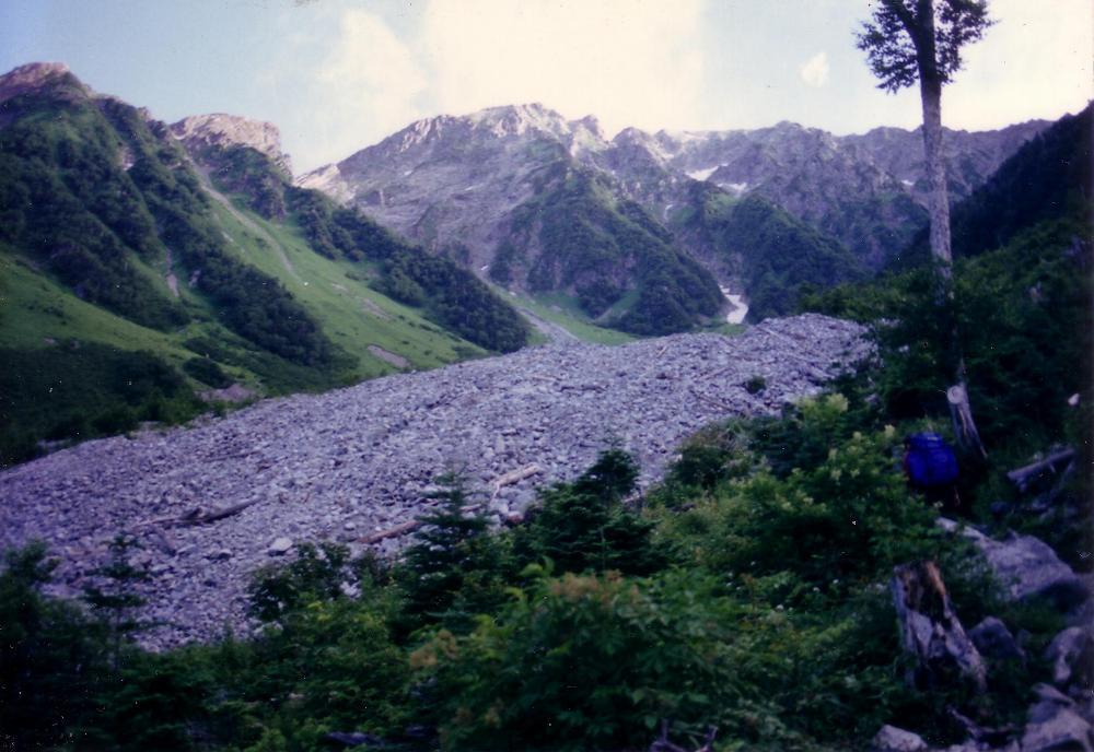 1:岳沢沿いを前穂高岳に向かって登る。