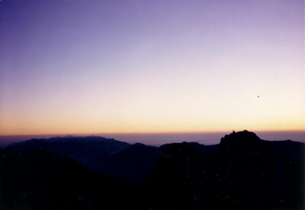 17:涸沢岳山頂から。日の出直前。
