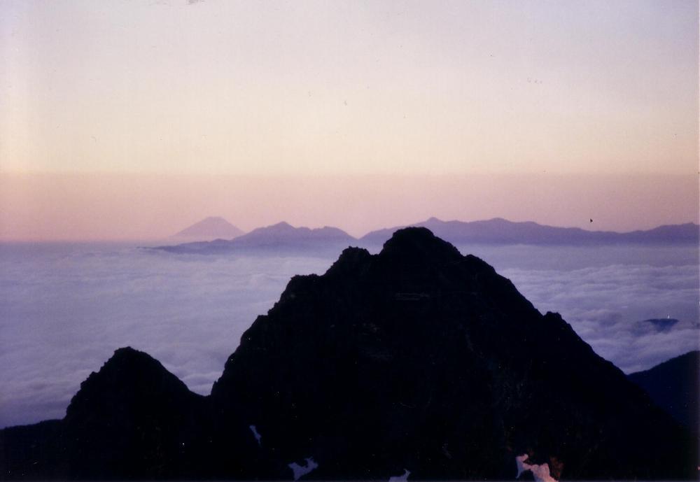 19:遠くに富士山。手前は前穂高岳