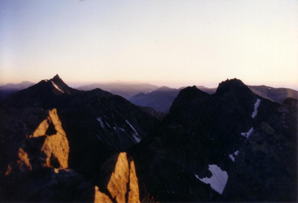 20:涸沢岳山頂から。朝日を受ける槍ヶ岳。右の2つのピークは北穂高岳の北峰と南峰。