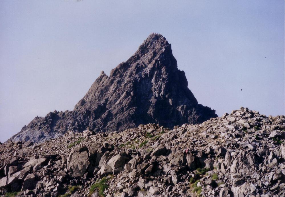 40;槍ヶ岳の頂上から登攀路まで人だらけ。左に小槍が見える。