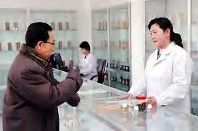 禁煙センターで、禁煙関連商品を買い求める人