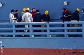 調査捕鯨船「第2勇新丸」に乗り込み、船員ともめる反捕鯨活動家