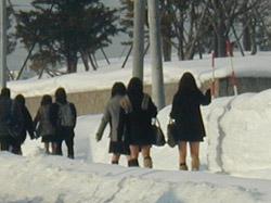 スラックス着用強制の学校もあるようですが…