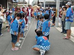 太鼓を曳く子供たち