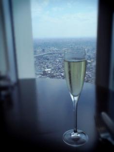 Wine Lounge & Restaurant Cépages ワインラウンジ&レストラン セパージュ 窓からの風景とシャンパン